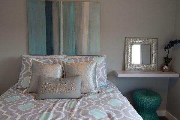 Jak urządzić małą, praktyczną sypialnię w bloku?